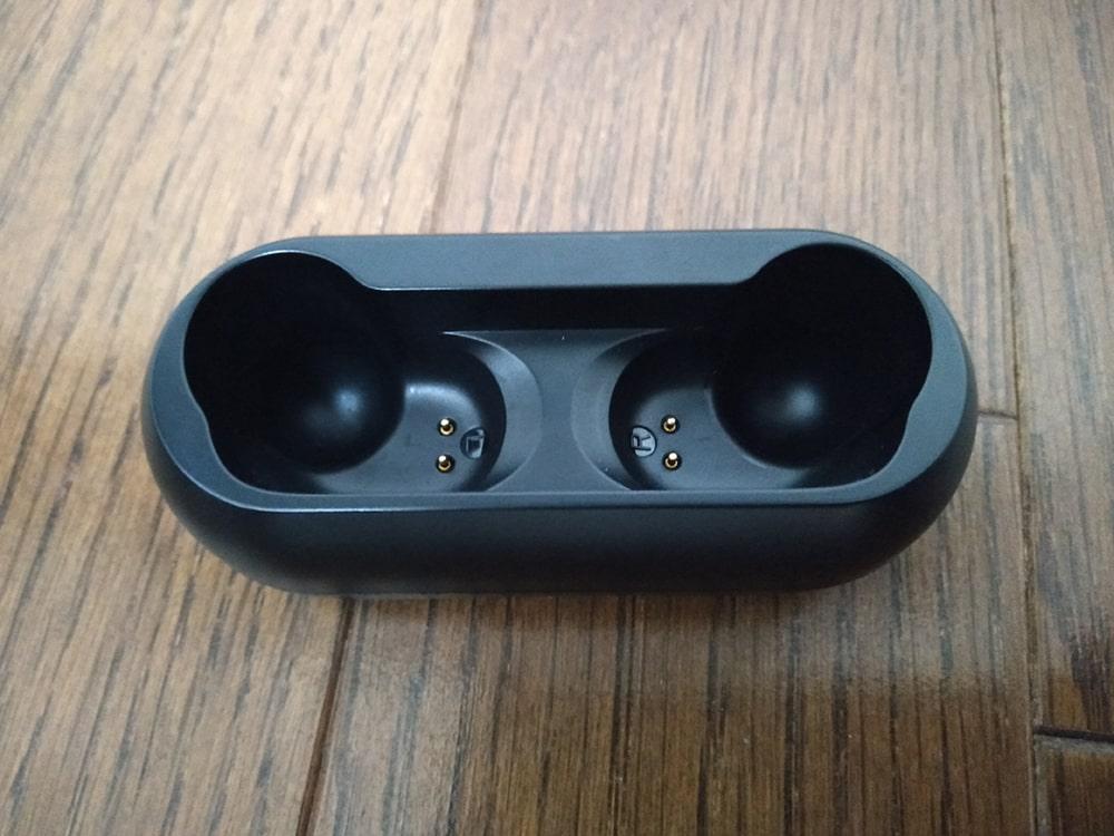マグネット式でイヤホンを収納しやすい充電ケース